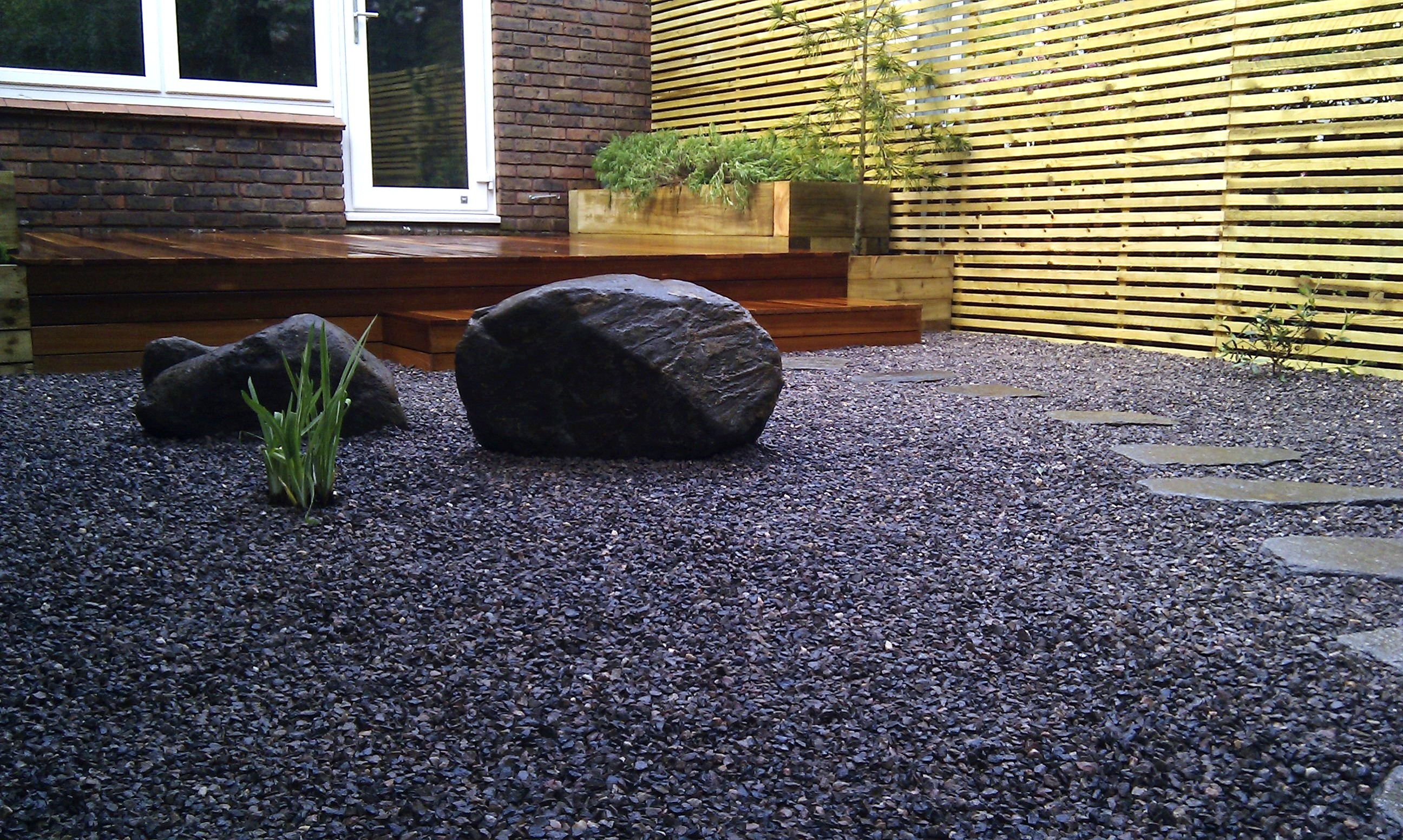 hardwood decking minimalist limestone chippings privacy screen south east london (4)