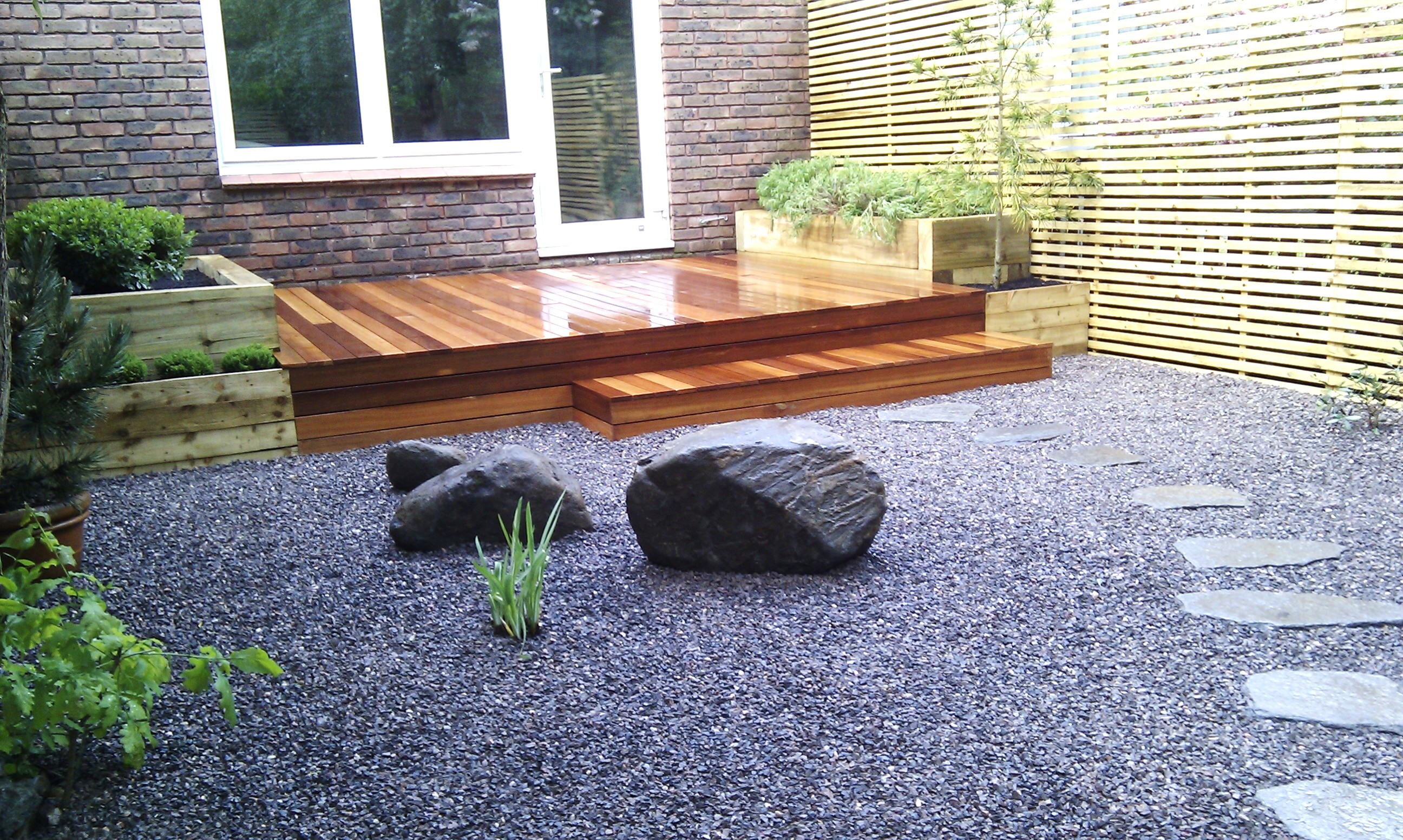 hardwood decking minimalist limestone chippings privacy screen south east london (5)