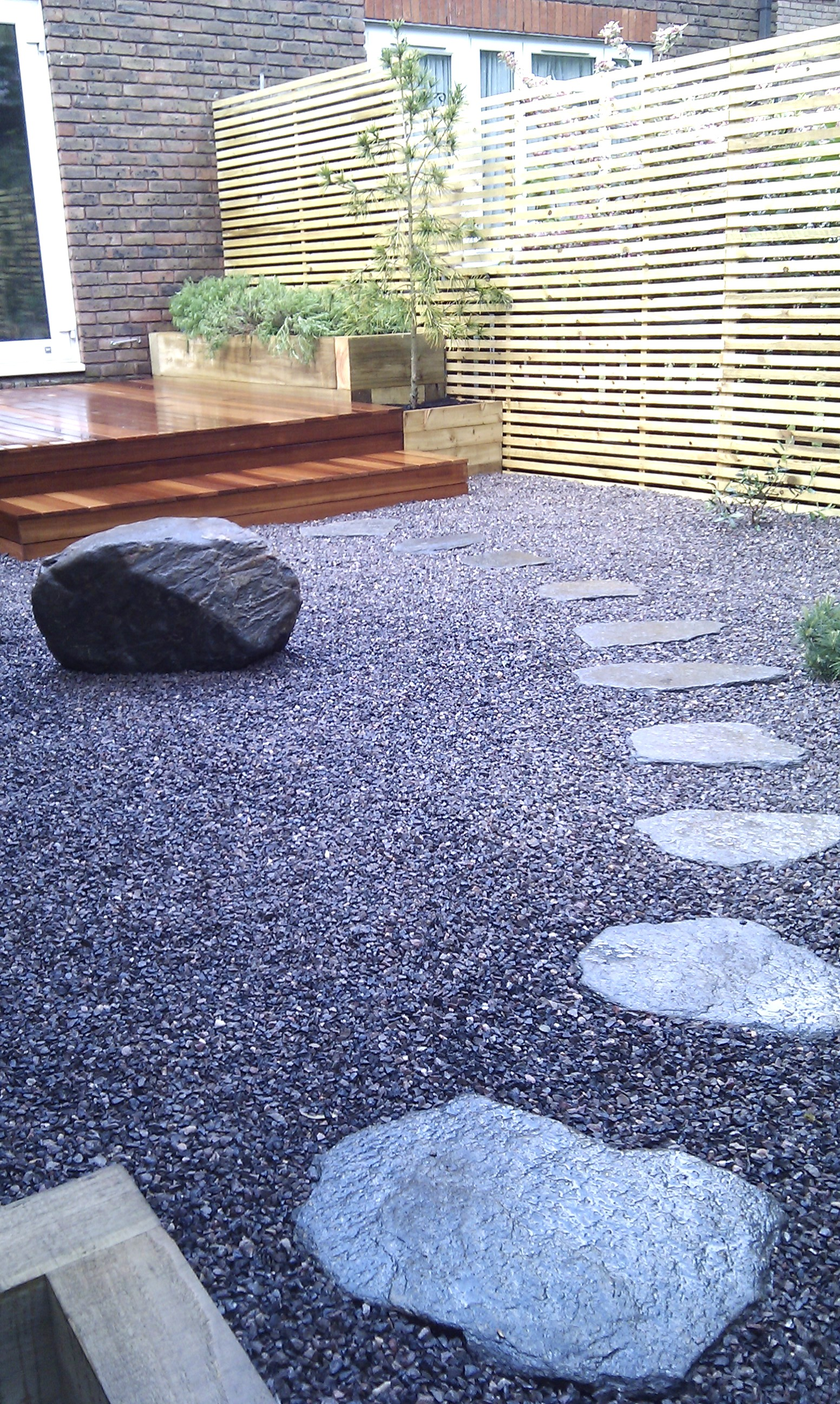 hardwood decking minimalist limestone chippings privacy screen south east london (6)