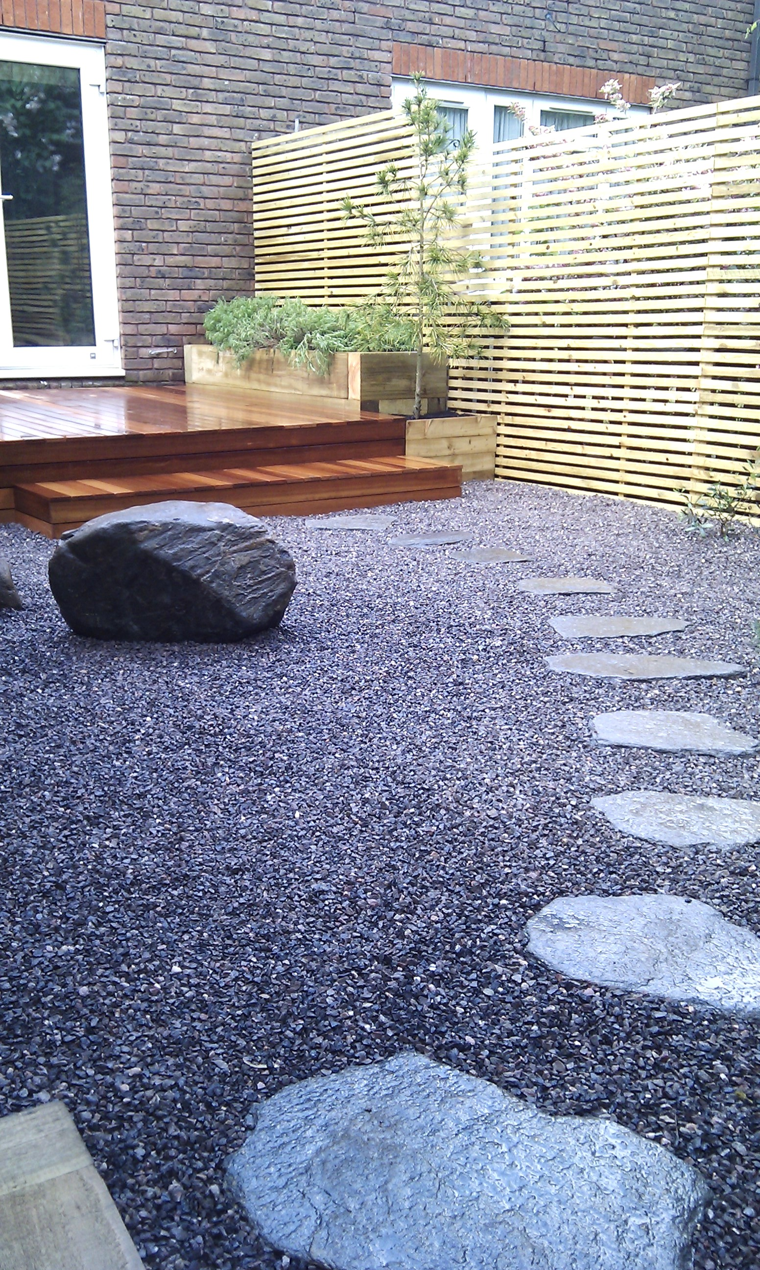 hardwood decking minimalist limestone chippings privacy screen south east london (7)