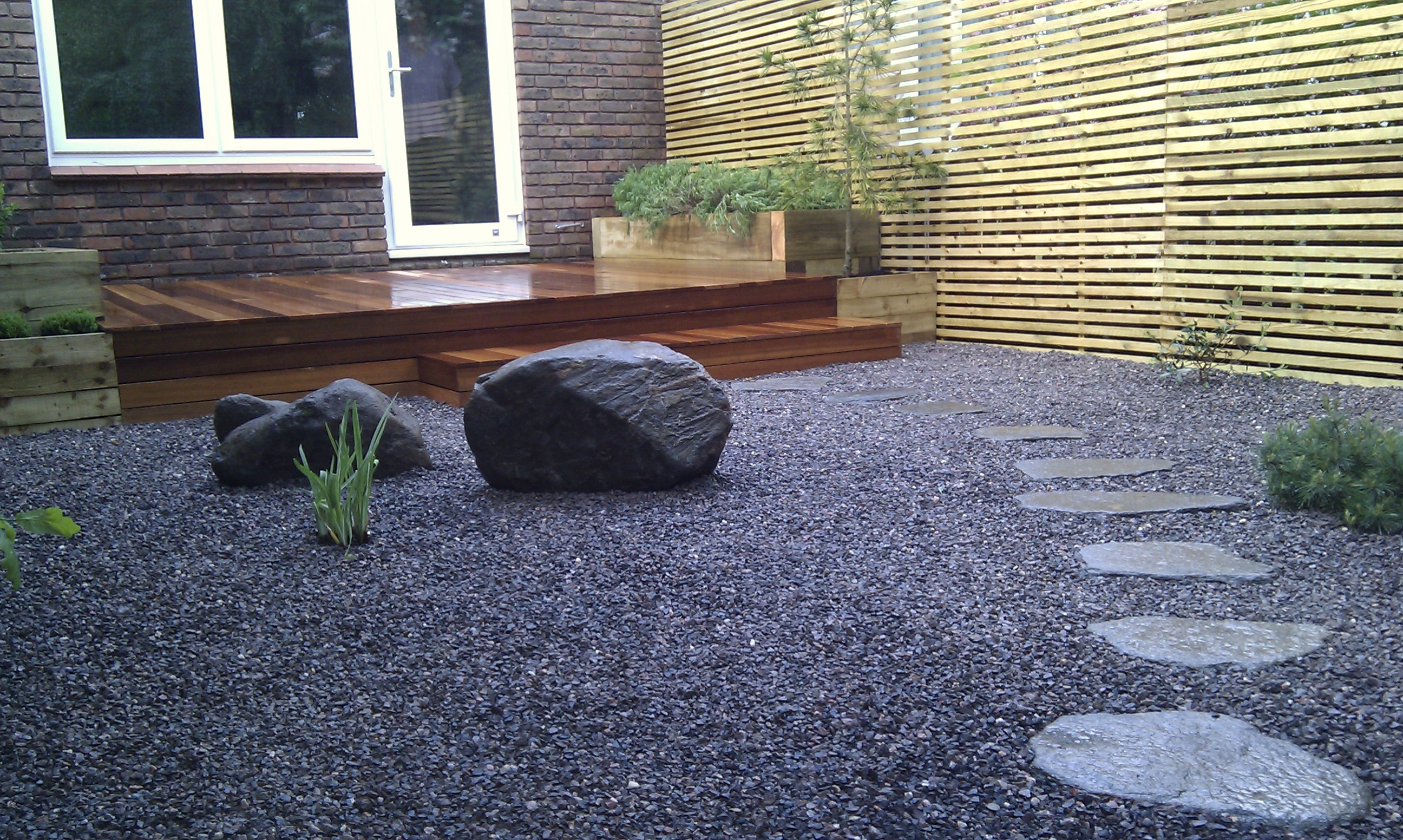 hardwood decking minimalist limestone chippings privacy screen south east london (8)
