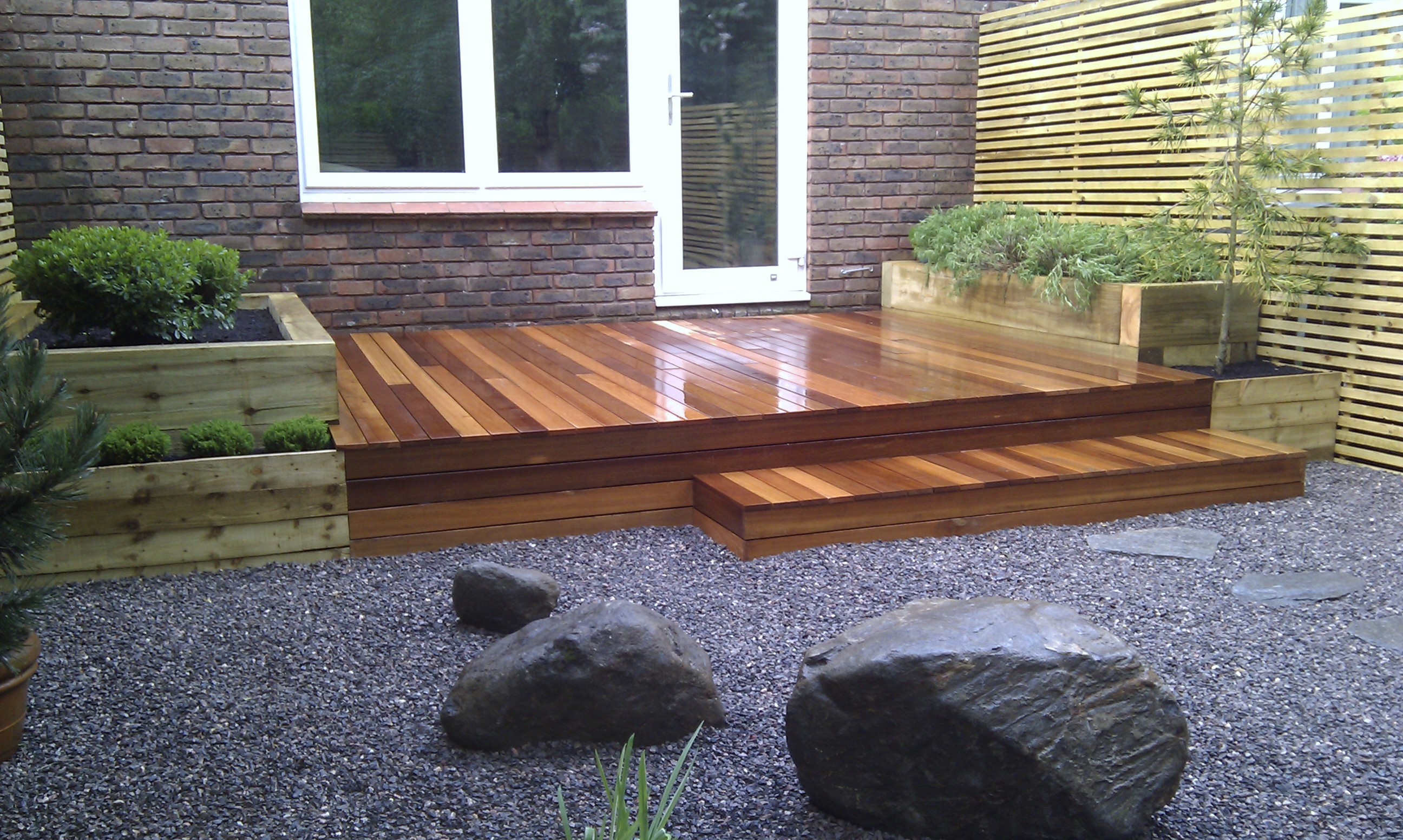 hardwood decking minimalist limestone chippings privacy screen south east london (9)