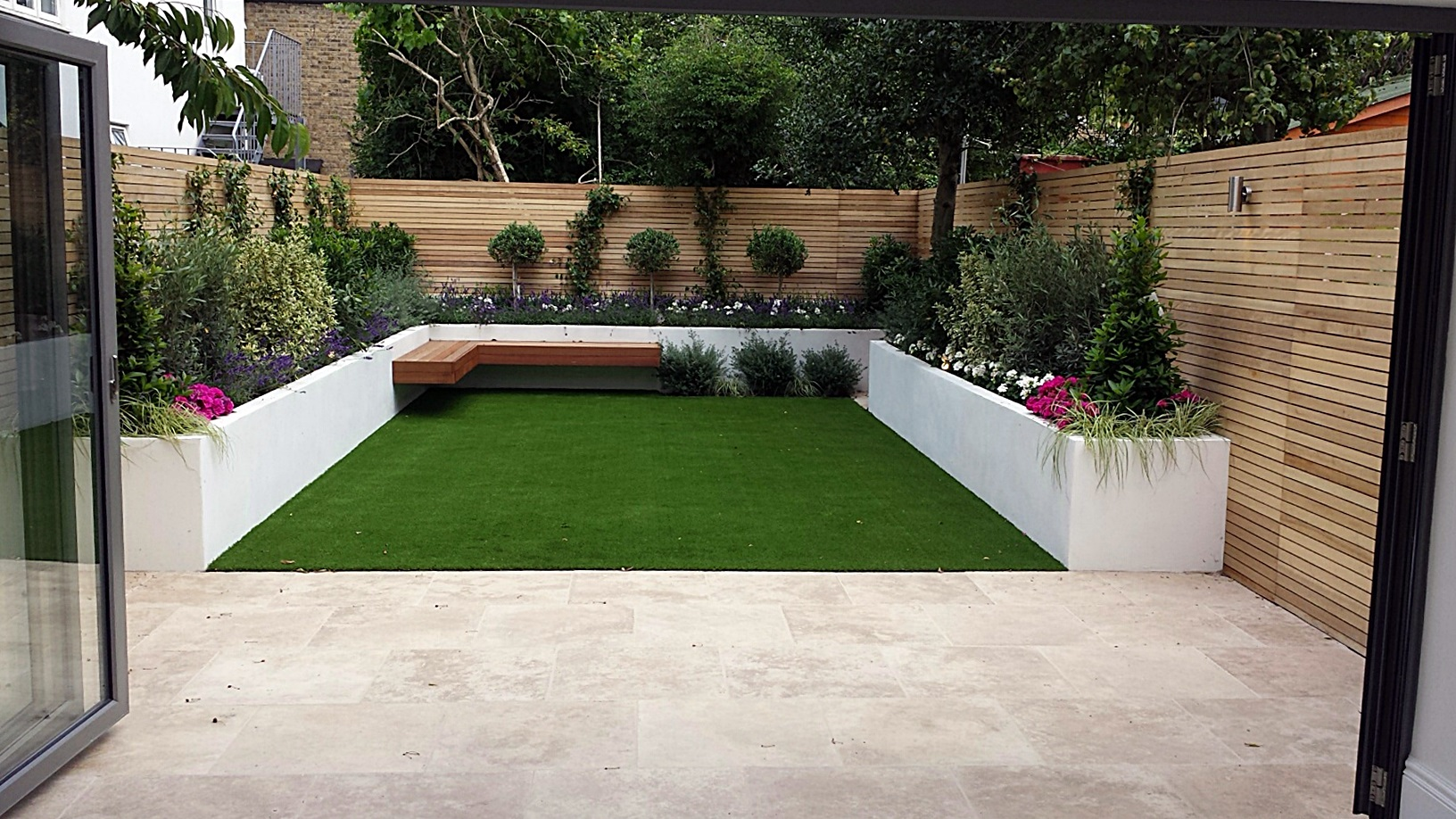 Travertine paving patio render block raised beds hardwood floating bench cedar slatted privacy - Gartenabgrenzungen aus stein ...