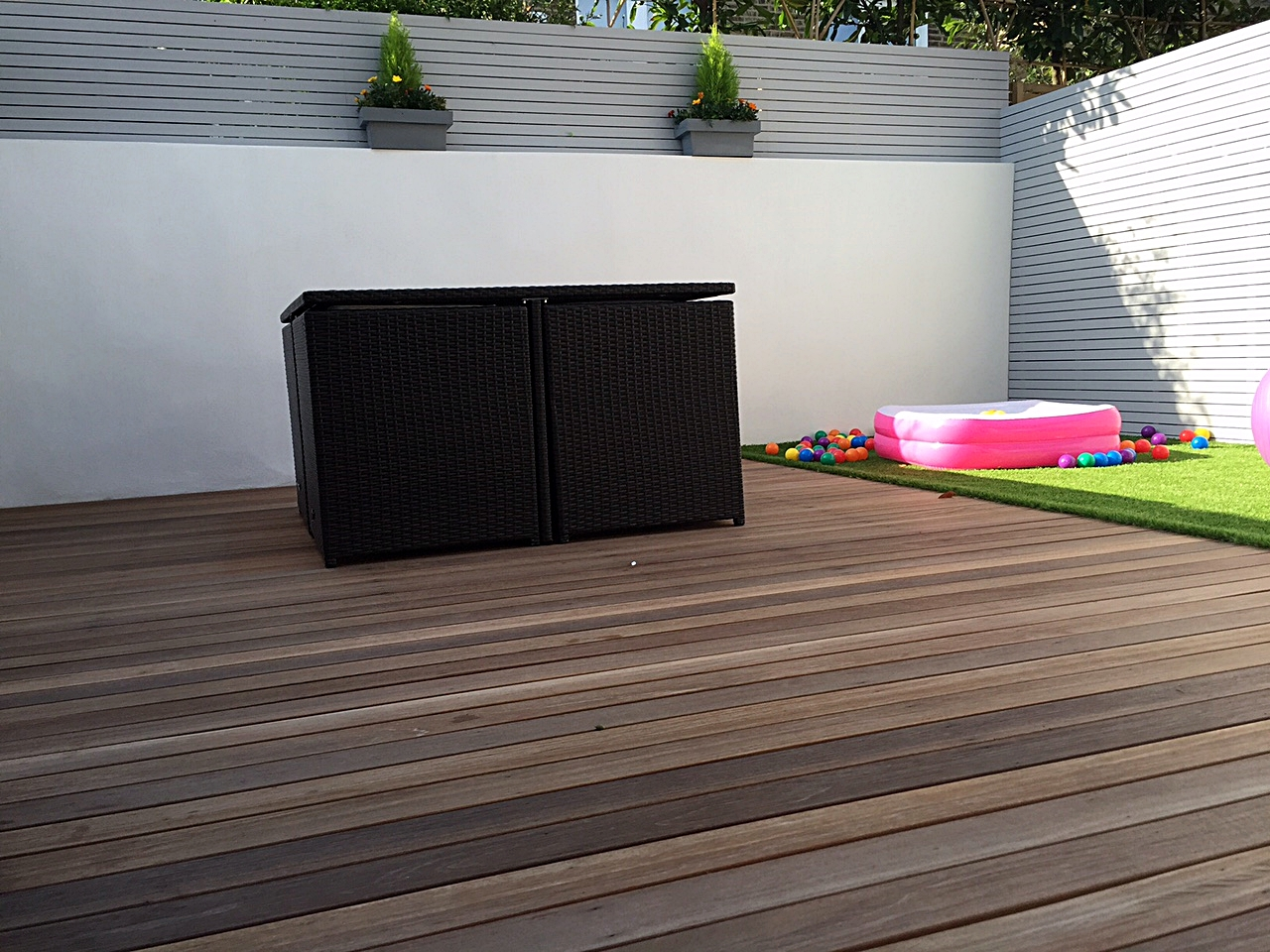 garden design hardwood screen painted grey balau hardwood decking artificial grass easi lawn turf low maintenance family garden balham clapham tooting battersea london