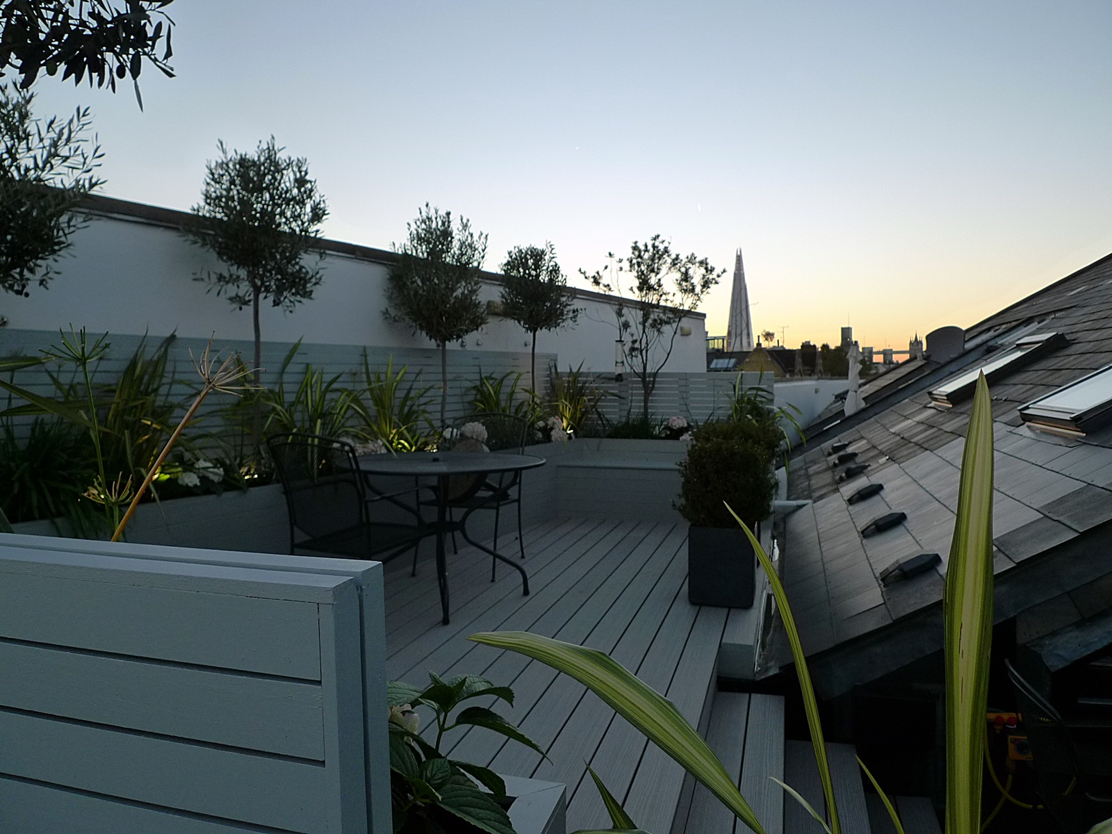 hardwood screen trellis horizontal slats painted grey raised beds composite grey decking roof terrace garden design chelsea fulham tower bridge docklands london