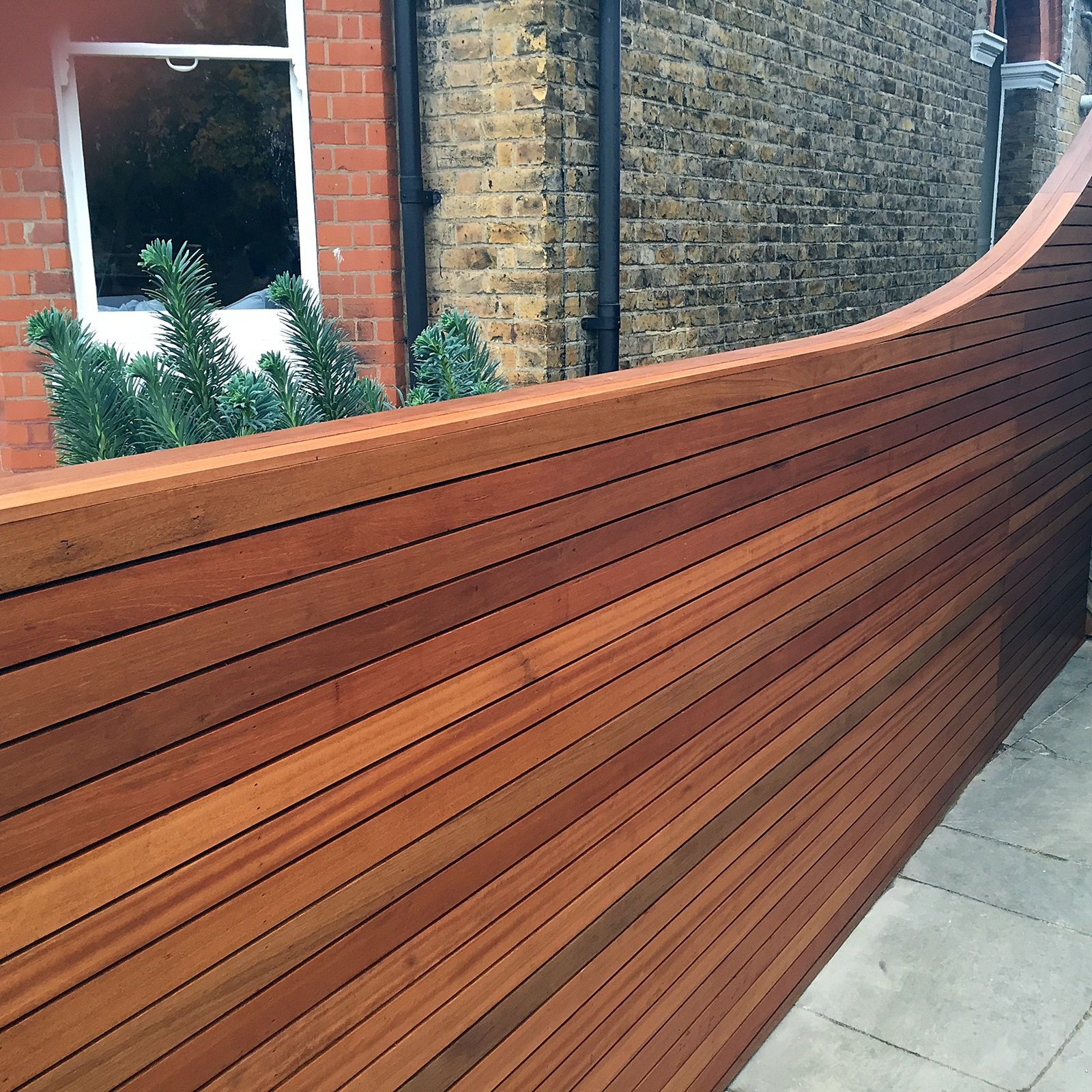 cedar screen fence trellis slatted horizontal strip hardwood oiled fence clapham fulham battersea dulwich chelsea balham london