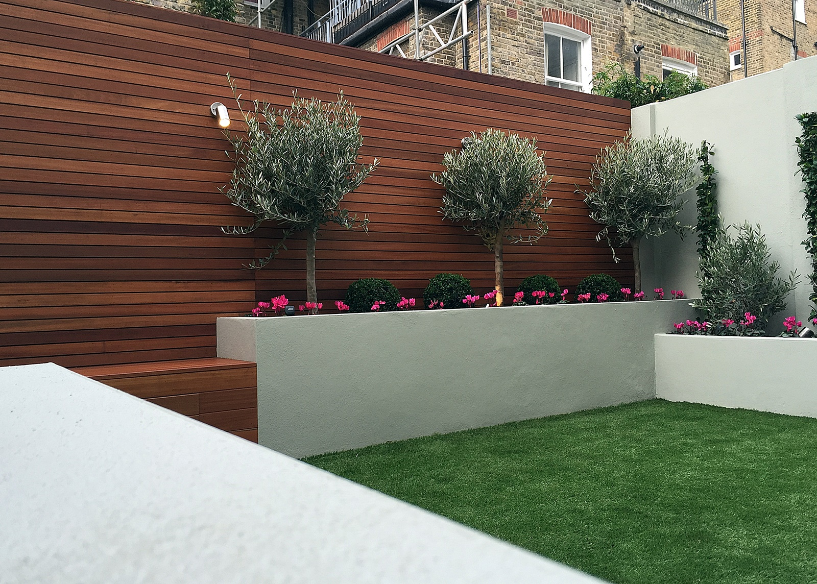 Simple modern court yard garden designer battersea fulham for Low maintenance garden design