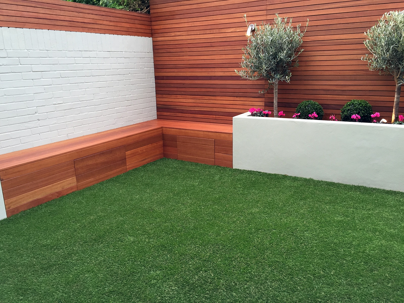 Simple modern court yard garden designer battersea fulham for Small modern house garden design