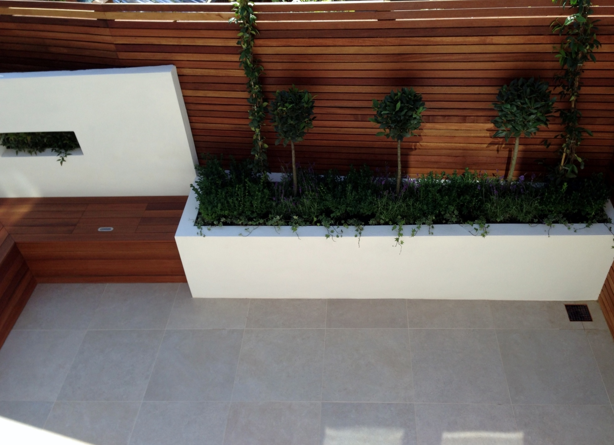 Small modern garden design london garden blog for Garden wall designs ideas