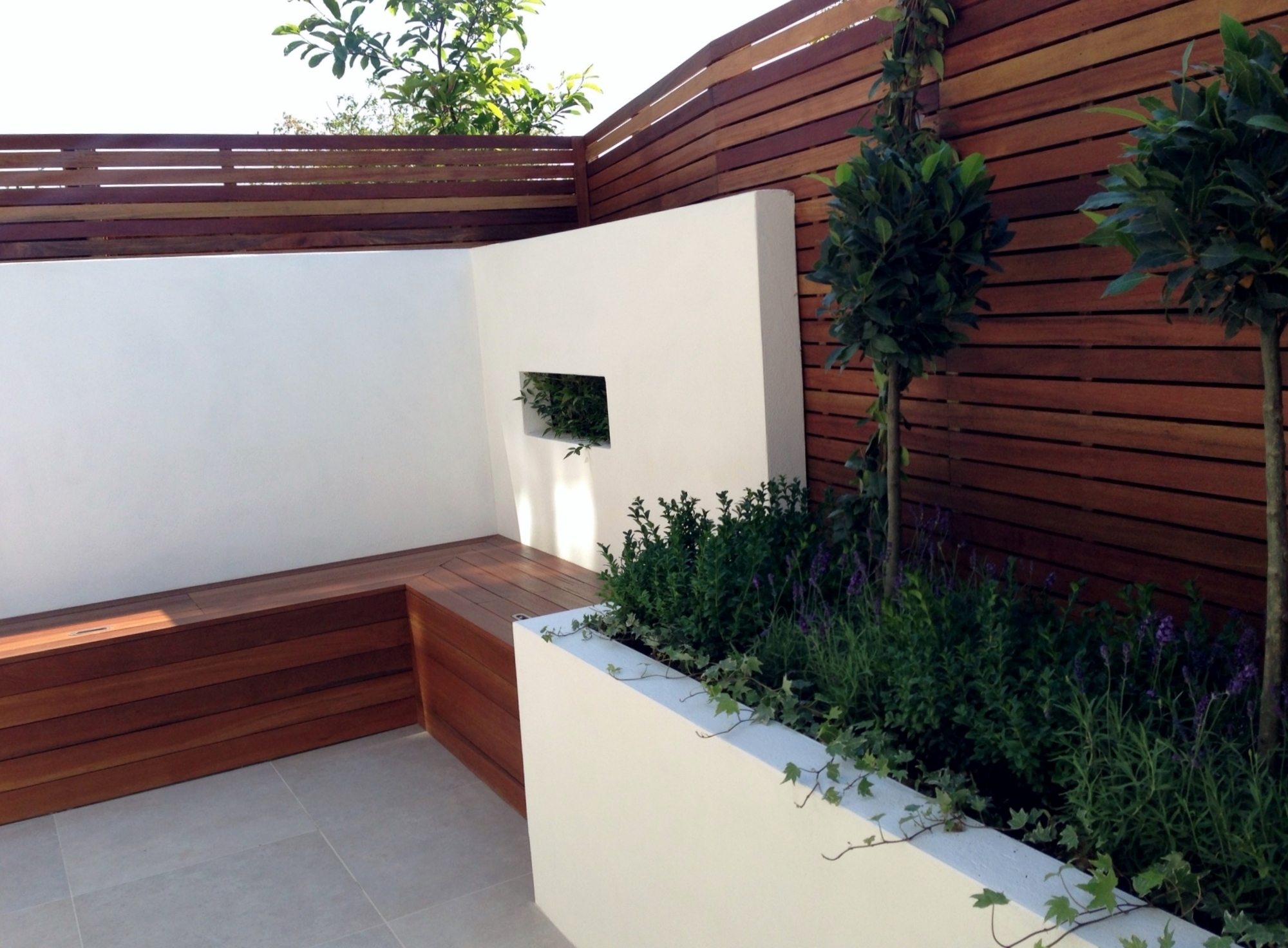 Small modern garden design london garden blog for Small low maintenance gardens