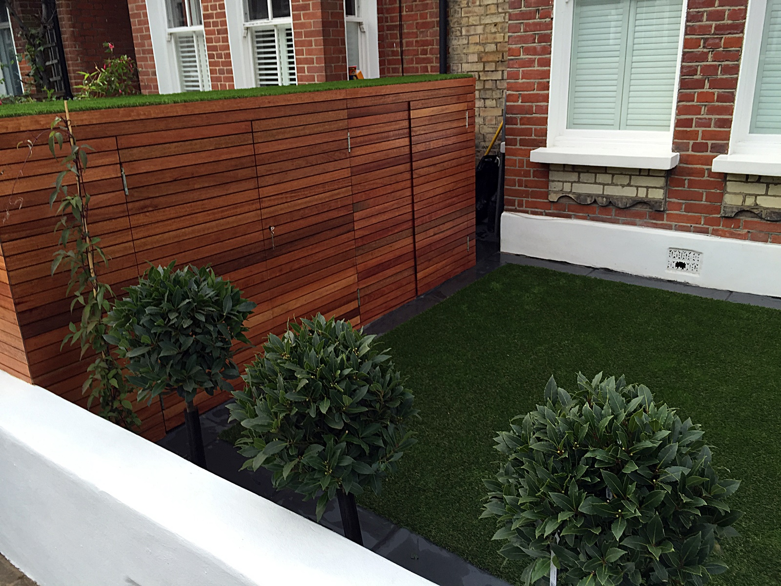 Fake grass Chelsea Putney architectural white garden wall planting ...