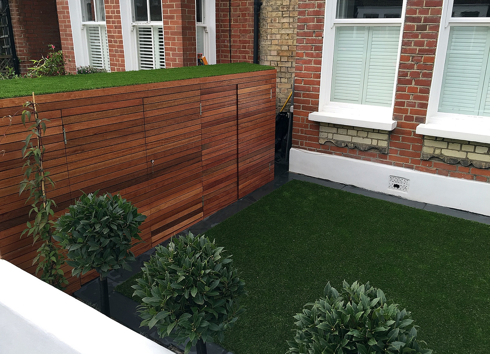 Fake grass Chelsea Putney architectural white garden wall planting lawn easi Wandsworth