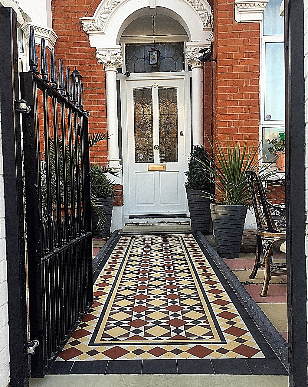 Victorian Mosaic Front Garden Company privacy low maintenance red white rope edge London Balham Wandsworth Clapham