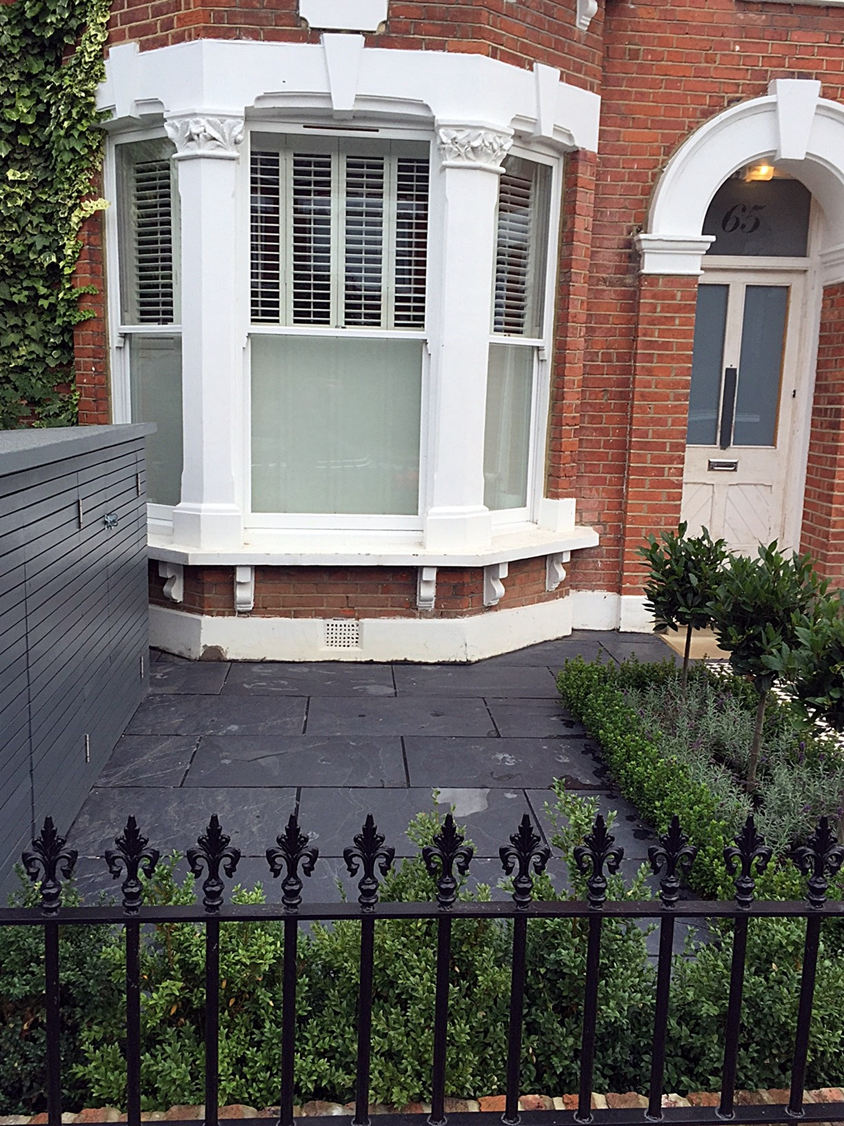 Low maintenance path slate paving metal gate rails planting London Fulham Chelsea Wandsworth
