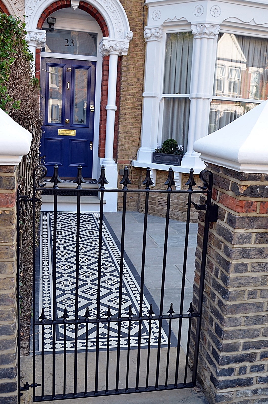 metal-gate-rail-brick-garden-wall-path-paving-cap-coping-white-london-fulham-chelsea-mayfair-wandsworth