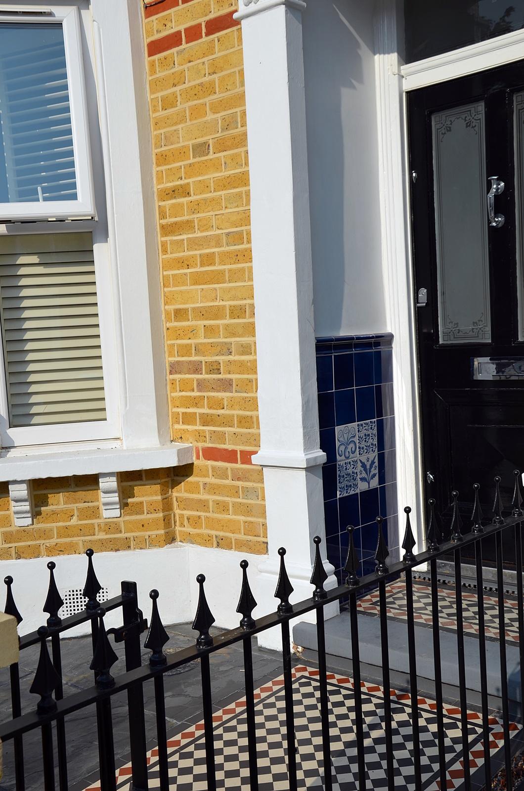 metal-gate-rails-victorian-red-black-mosaic-grey-colour-stone-painting-wall-london-fulham-chelsea-mayfair