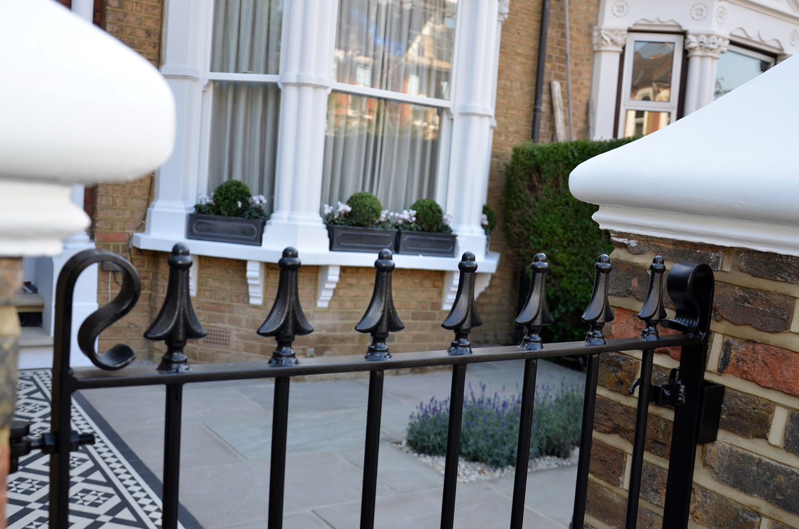 metal-gate-rails-white-cap-brick-garden-wall-low-maintenance-london-balham-clapham-wandsworth