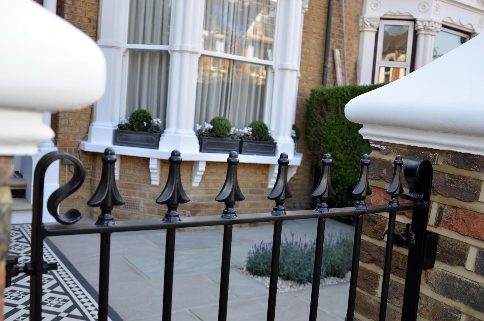 metal-gate-rails-white-cap-brick-garden-wall-low-maintenance-london-balham-clapham-wandsworth