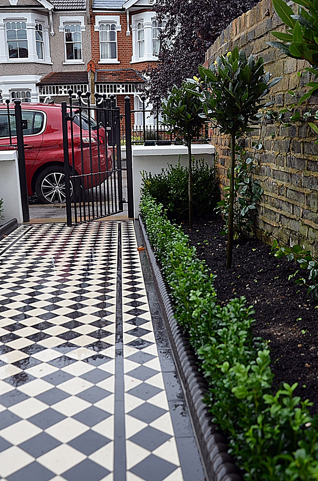 victorian-black-and-white-mosaic-planting-bark-charcoal-rope-edge-path-london-fulham-kensington-mayfair