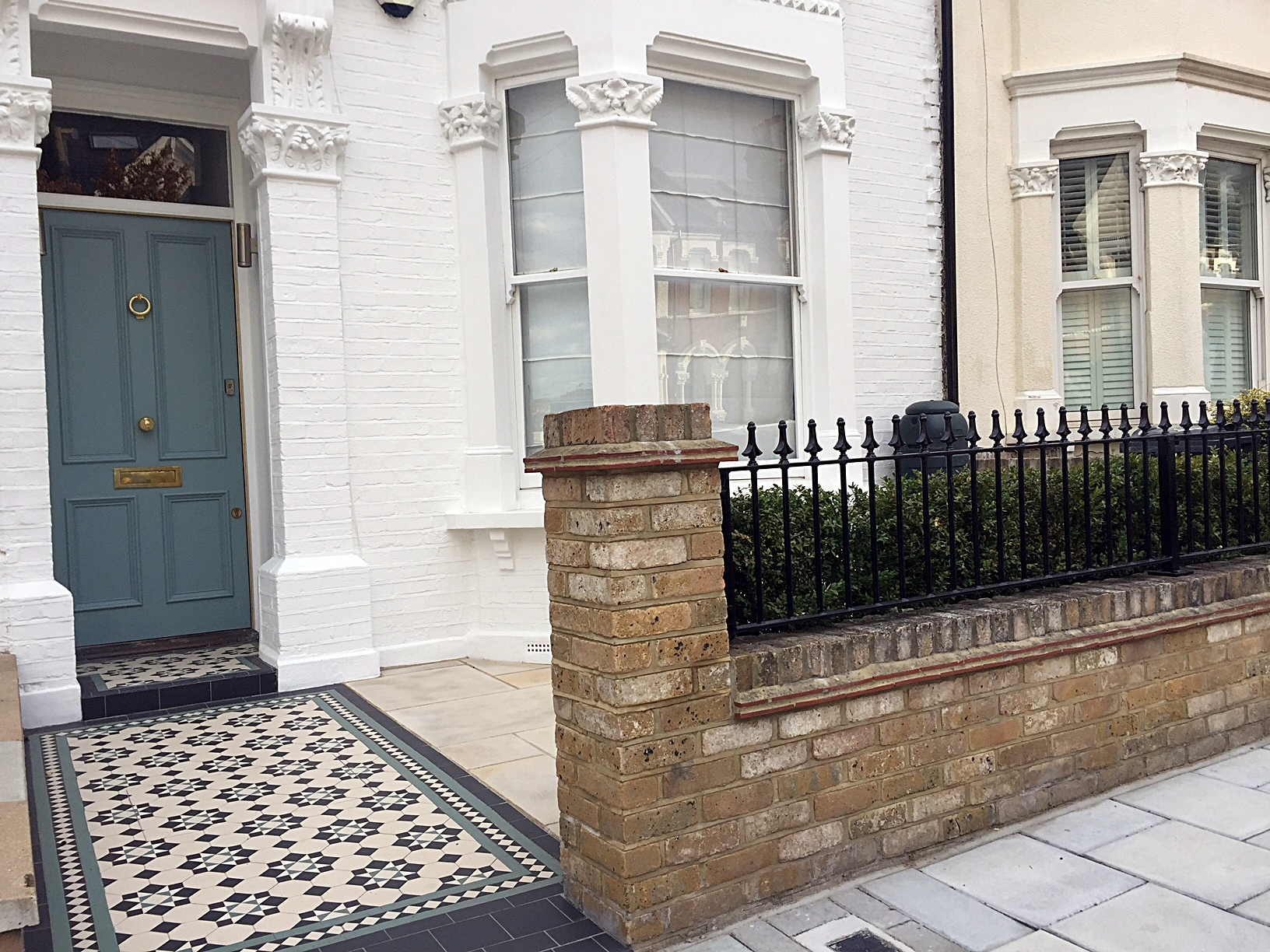 metal-gate-rails-planting-paving-edwardian-mosaic-front-modern-garden-design-london-fulham-chelsea-wandsworth