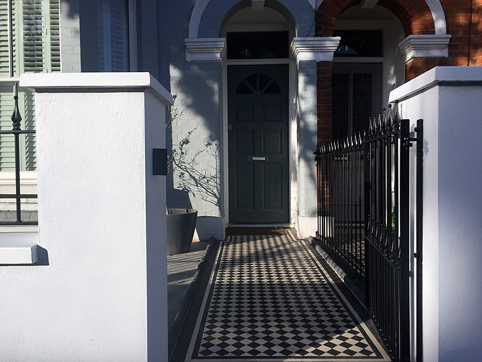 metal-gate-rails-white-render-wall-painting-path-black-and-white-victorian-mosaic-london-fulham-chelsea-kensington-mayfair