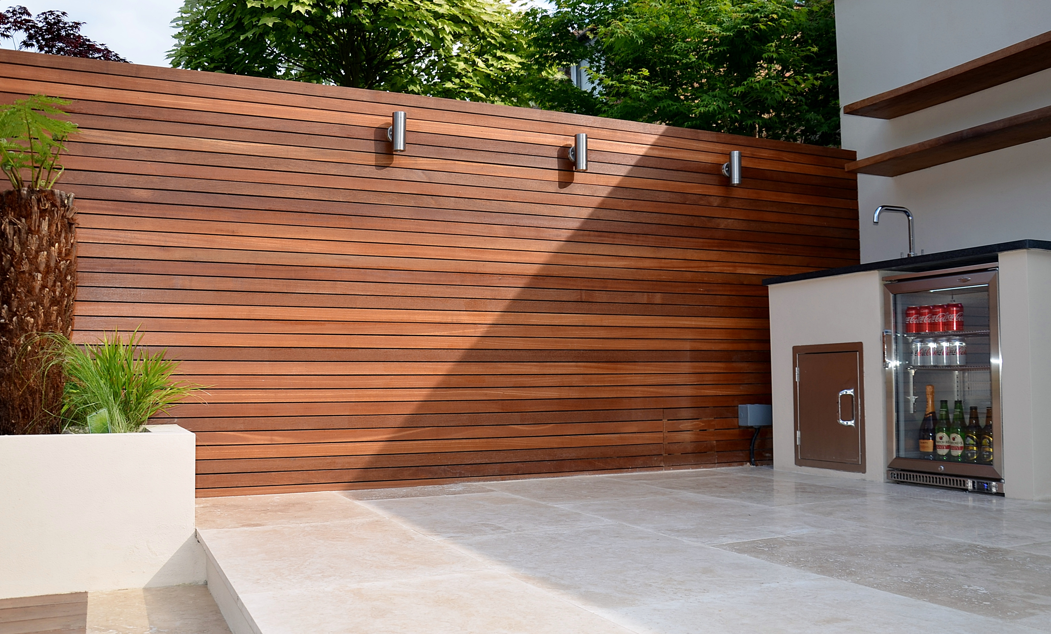 Modern garden design outdoor kitchen room hardwood screen for Brick garden room designs